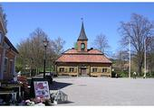 Stare miasteczko z drewnianym, zabytkowym ratuszem.