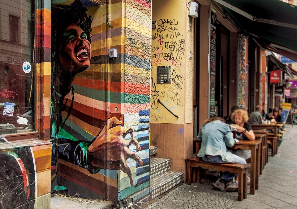 Trudno przejść Oranienstrasse bez przystanku na piwo lub coś na ząb